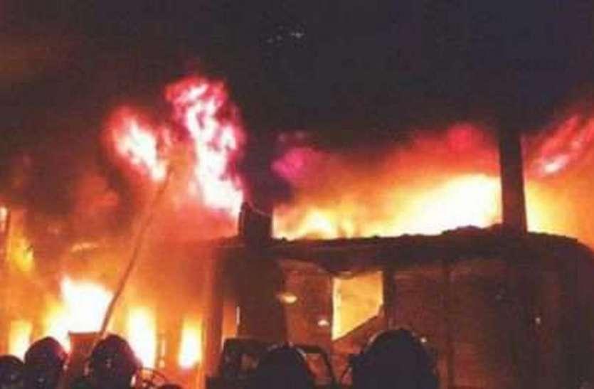उधार में शराब न देने पर पेट्रोल छिडक़ जलाई दुकान