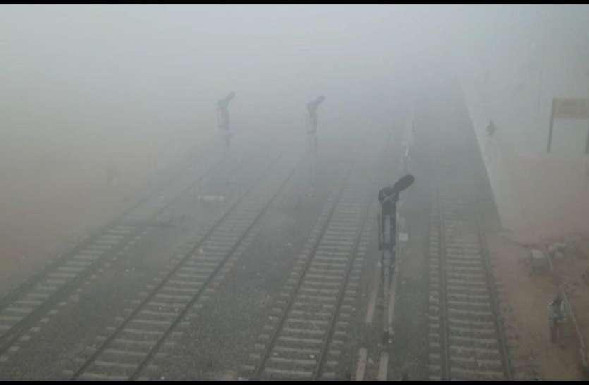 बरसात की चेतावनी के बीच सुबह छाया कोहरा, सर्द हवाओं ने कंपाया