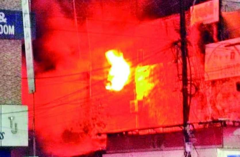 छज्जा तोड़कर बनाया रास्ता, 16 दमकलों ने बुझाई आग
