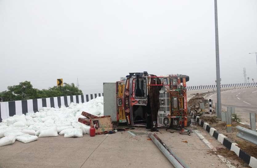 बायपास पुलिया पर जानलेवा बना घुमाव, ट्रक पलटने से एक की मौत
