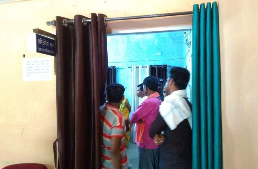 दो पाली काम के विरोध में सफाईकर्मियों ने सीएमओ कार्यालय में जमाया डेरा, एक पाली काम लिए जाने की मांग