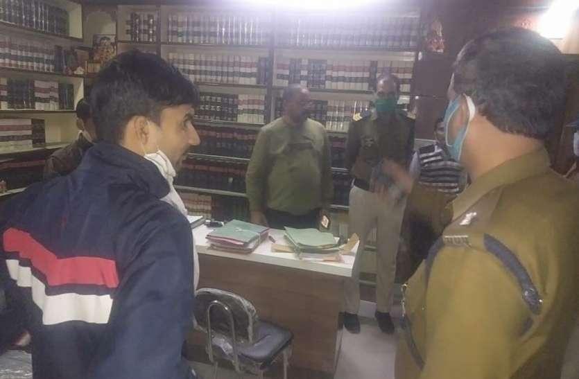 11 दफतरों के ताले दरवाजे तोडे, 50  हजार रू चोरी
