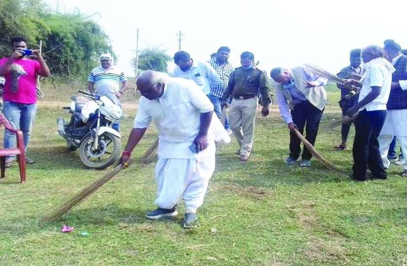 संसदीय सचिव ने छठ घाट पर मजदूरों की तरह लगाया झाड़ू, अब तक किसी ने पूरा नहीं किया छठ घाट का वादा