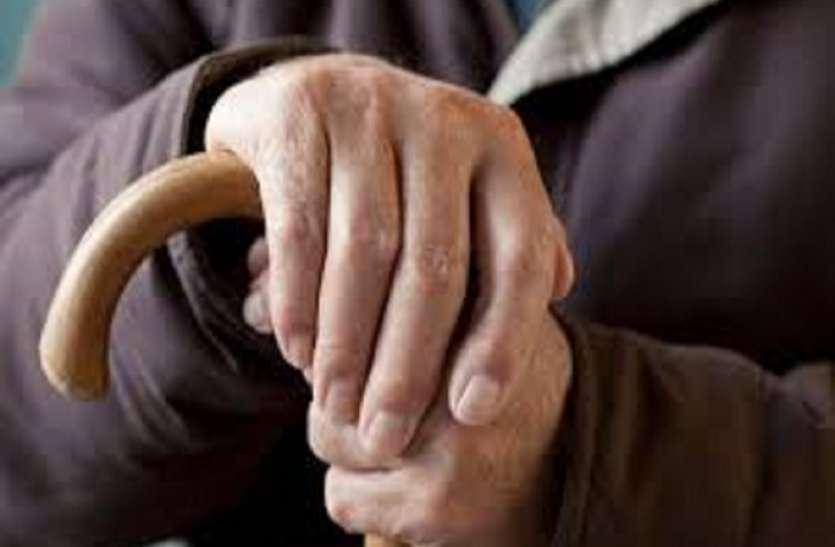 इस छड़ी से बुजुर्गों को मिलेगी बड़ी राहत, चलने के सहारे के साथ बैठने के लिए बन जाएगी स्टूल