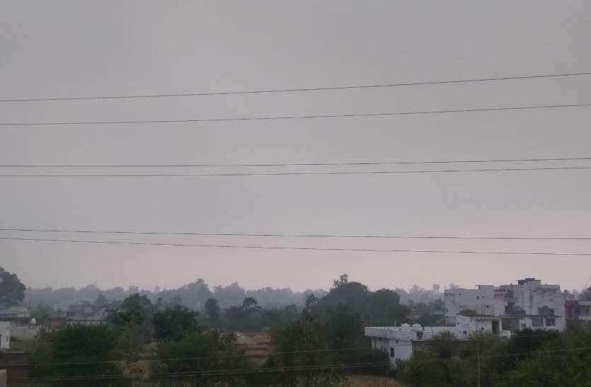 आसमान में छाए काले बादल, बूंदा-बांदी से किसानों को फसल नुकसान की सताने लगी चिंता