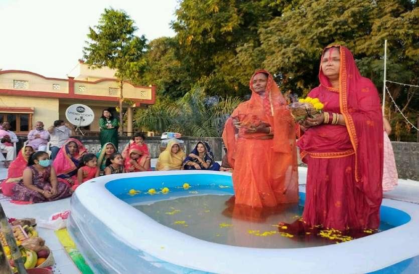 कोरोना के बीच लोग घरों पर मना रहे छठ महापर्व, डूबते हुए सूर्य को दिया अर्घ्य, छतों पर कर रहे पूजा