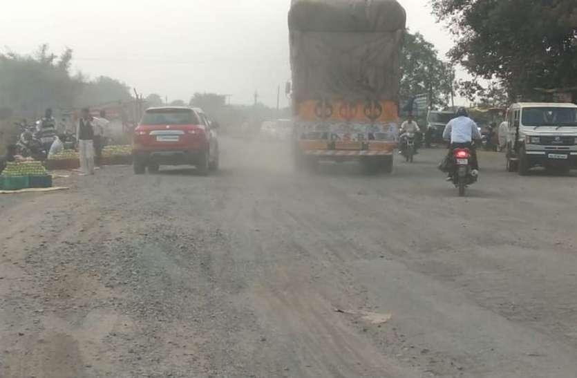 Problem - गड्ढों में तब्दील सड़क, हाइवे पर उड़ रहे धूल के गुबार
