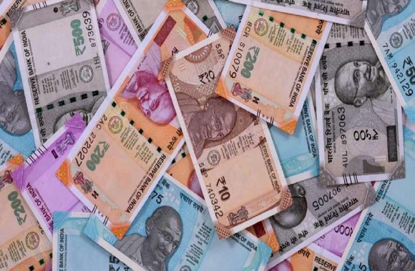 सड़क पर उड़ने लगे रुपये, राहगीरों में पैसे बटोरने की लगी होड़