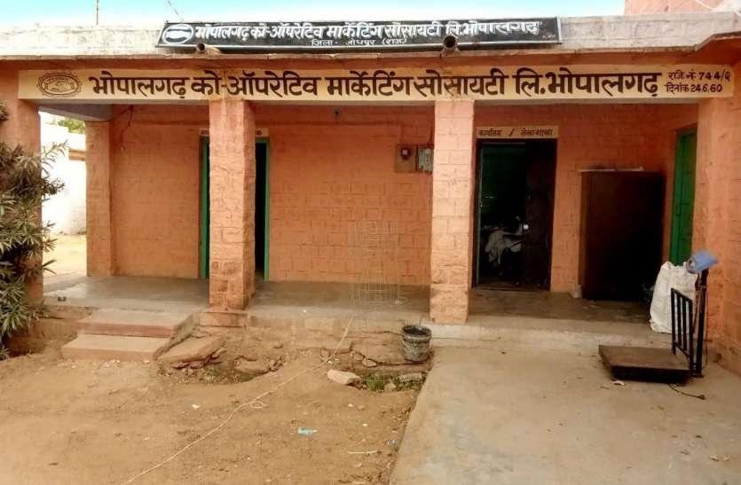मनपा के प्लॉट में अवैध रूप से बनाई गई इमारत को तोड़ा