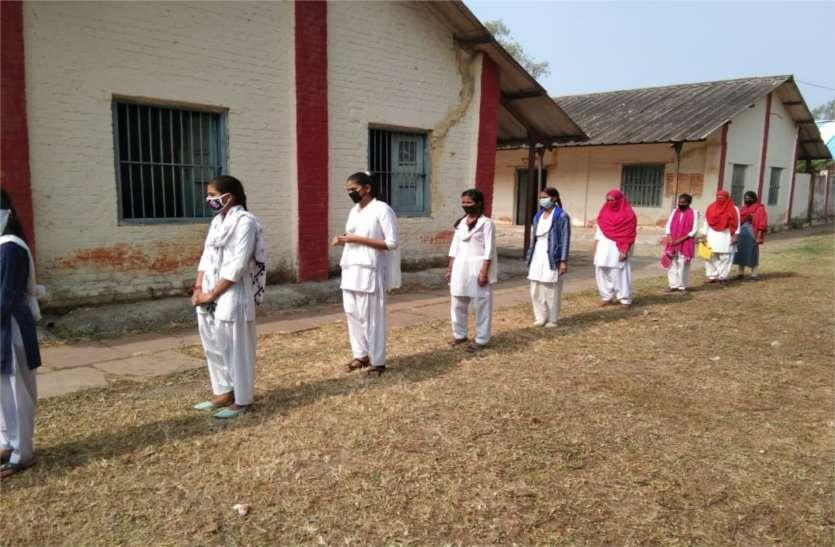 रिवीजन टेस्ट शुरू, पेपर लेने स्कूल पहुंचे विद्यार्थी