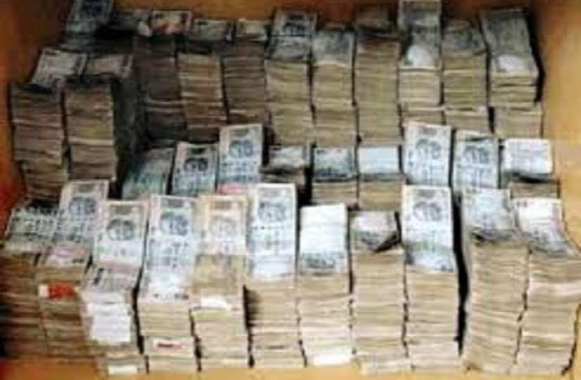 121 करोड़ रुपये की अघोषित कमाई आयकर छापों में मिली, लाखों के सोने और हीरे के आभूषण जब्त