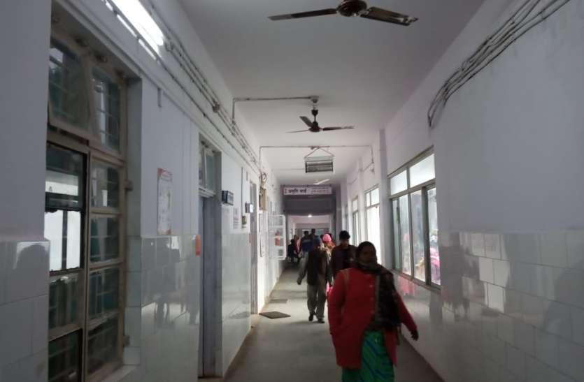 लापरवाही: तीन घंटे तक बिना डॉक्टर संचालित रहा जिला अस्पताल, इलाज के लिए परेशान रहे मरीज