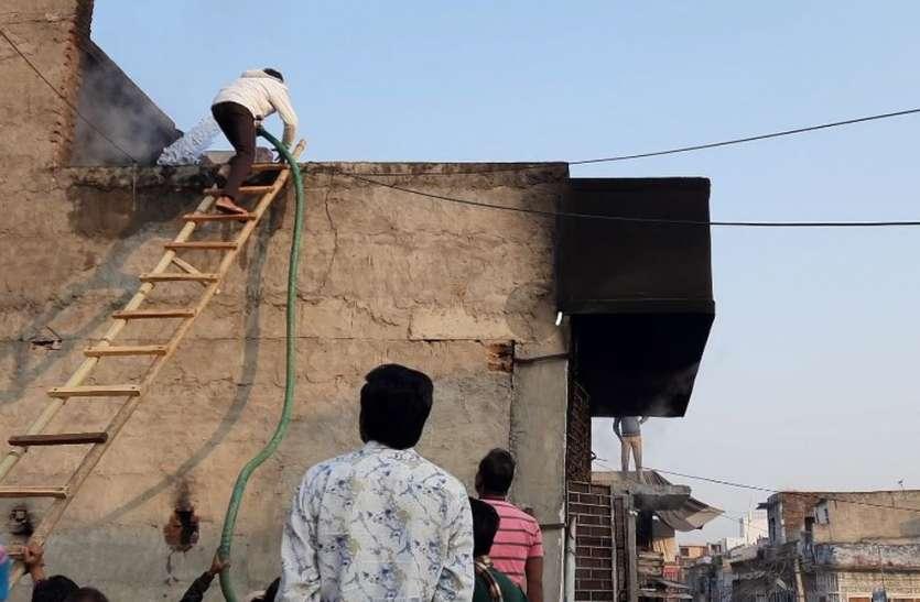 दुकान के गोदाम में आग, लाखों का कपड़ा जलकर राख