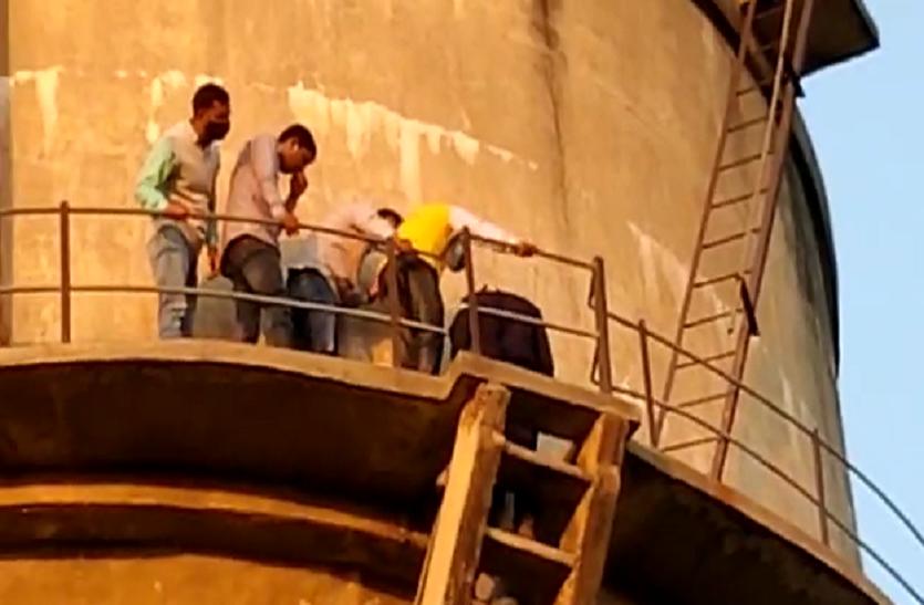 पानी की टंकी पर चढ़ा छात्र, लॉ की परीक्षाएं ऑनलाइन करवाए जाने की मांग