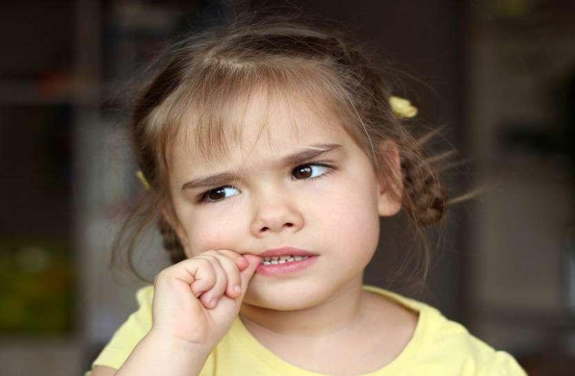नाखून चबाने वाले बच्चे ही अपनी बातें नहीं कह पाते