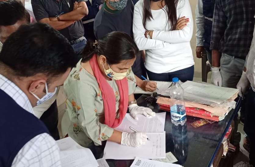 corruption on peak : महिला पटवारीने रिश्वत लेने के लिए कार्यालय में लगा रखी थीदलाल की टेबल !