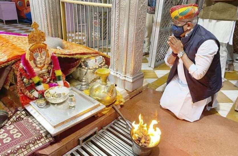 केन्द्रीय मंत्री शेखावत ने बाबा रामदेवजी की आरती कर खुशहाली की कामना की