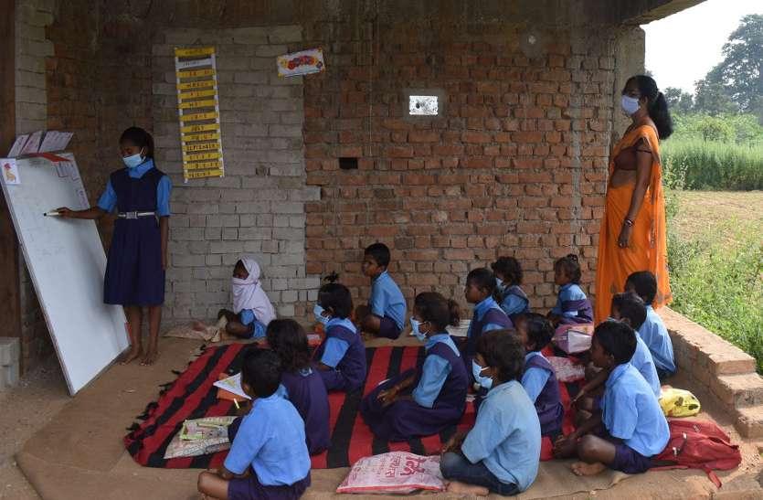 स्थानीय बोली का प्रयोग कर बच्चों को रोचक ढंग से पढ़ा रहीं शिक्षिका रश्मि, बच्चों में भी उत्साह