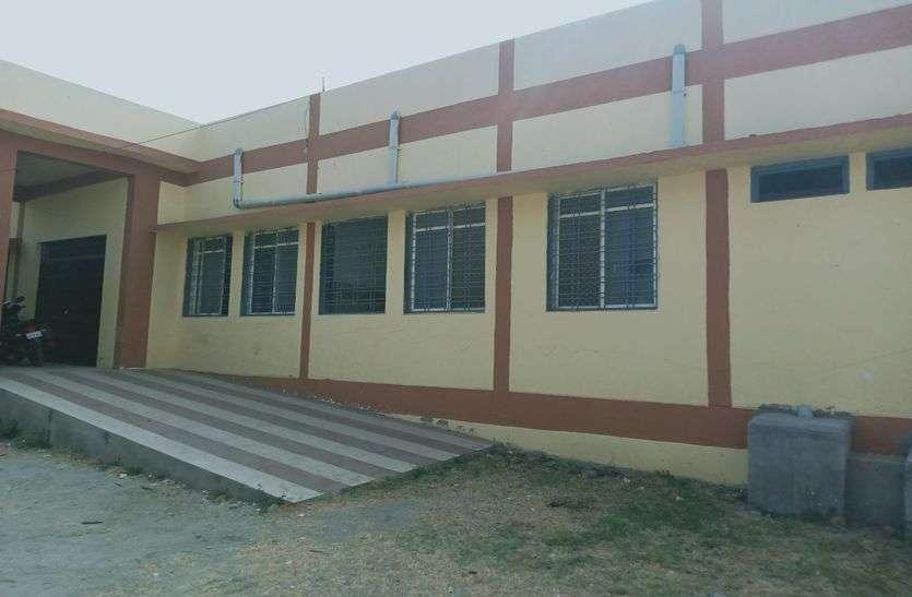 करोड़ो की बिल्डिंग बनकर तैयार फिर भी खंडर में चल रहा प्राथमिक स्वास्थ्य केंद्र पढें़.......