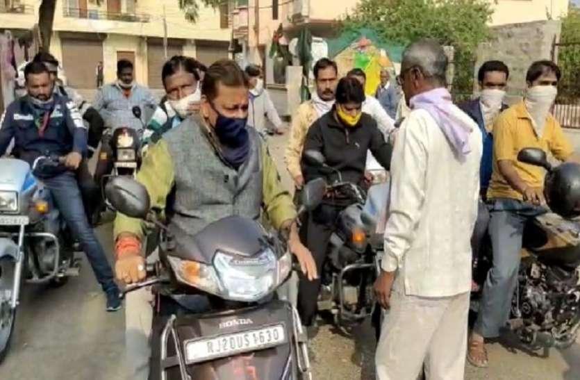 कोटा: महापौर राजीव सफाई व्यवस्था देखने स्कूटर से घूम रहे