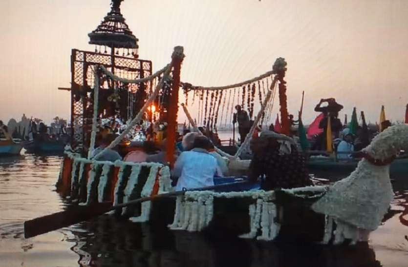 राधा वृन्दावन चंद्र ने किया यमुना जी में नौक विहार