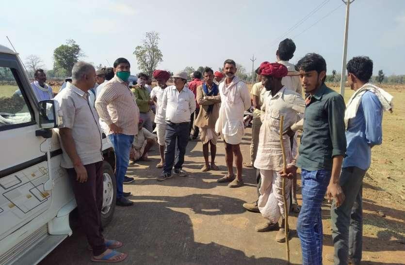 उपयंत्री व सचिव को ग्रामीणों ने खदेड़ा