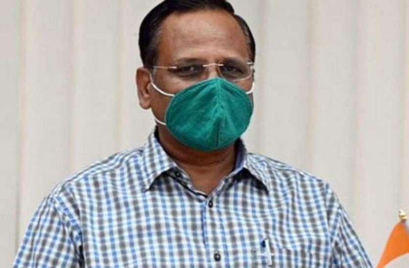 दिल्ली के स्वास्थ्य मंत्री और आप कार्याकर्ता सड़कों पर उतरे, लोगों में मुफ्त मास्क बांटे