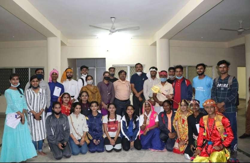 इस कार्यक्रम में मुख्य अतिथि के रुप में क्षेत्रीय निदेशक , राष्ट्रीय सेवा योजना कबीर शाह  परेड विशेषज्ञ के रूप में लेफ्टिनेंट सरिता कुशवाहा, संस्कृतिक विशेषज्ञ निहारिका परमार, आर्ट प्राध्यापक, आनंद वि