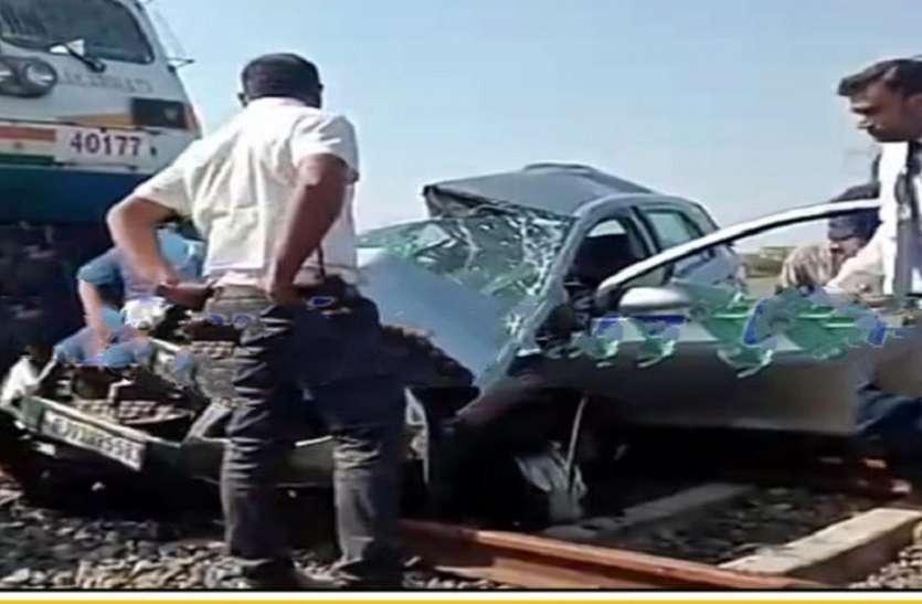 खुली रेलवे फाटक पर ट्रेन की टक्कर से कार चालक की मौत