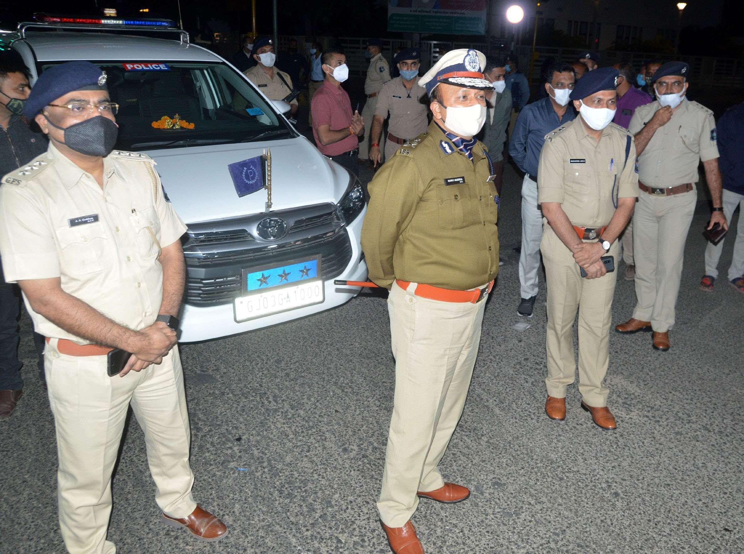 राजकोट में कफ्र्यूग्रस्त क्षेत्रों का निरीक्षण करते शहर पुलिस आयुक्त मनोज अग्रवाल।