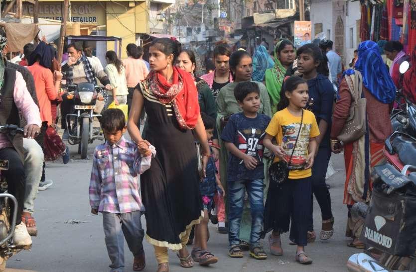 बाजारों में उमड़ रही भीड़, मूक दर्शक बना प्रशासन बढ़ रहा संक्रमण का खतरा