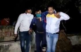 नोएडा में पुलिस और बदमाशों के बीच मुठभेड़ दो को गोली लगी तीन फरार, देखें वीडियो