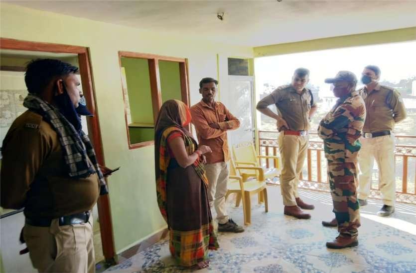 हथियार दिखाकर दिनदहाड़े घर में घुसकर महिला से लूट