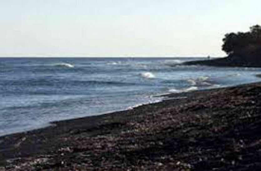 तेज हवाओं के कारण मछुआरों को समुद्र में न जाने की सलाह