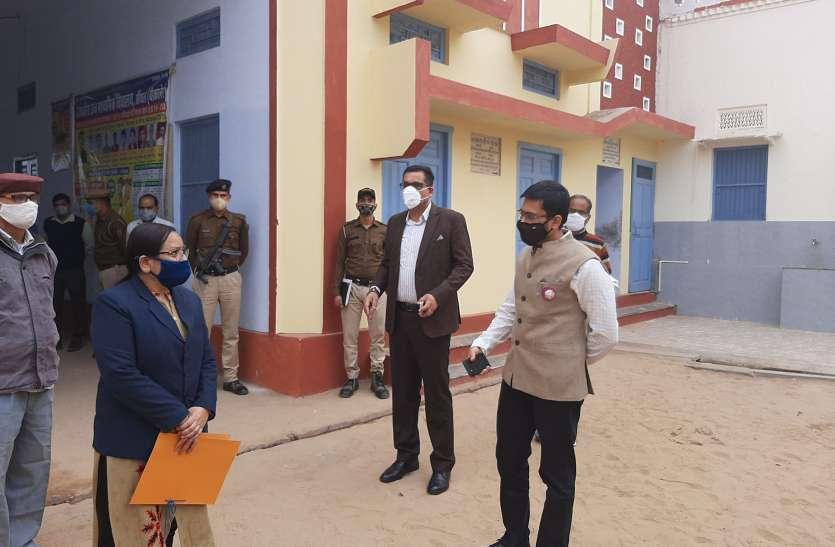 जिला निर्वाचन अधिकारी मेहता ने किया मतदान केन्द्रों का निरीक्षण