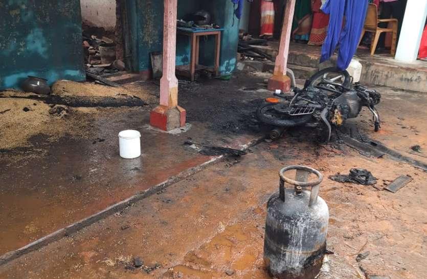 घर में सो रहे परिवार पर छिडक़ दिया पेट्रोल लगा दी आग, तीन की जलने से मौत, एक गम्भीर