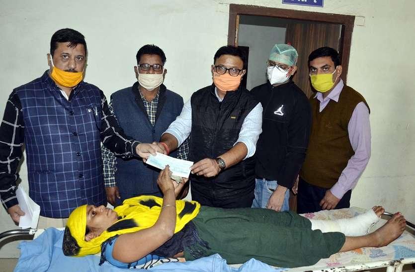 दबाव बढ़ता देख बैकफुट पर आया प्रशासन, सुनीता को दी 32 हजार रुपए की सहायता