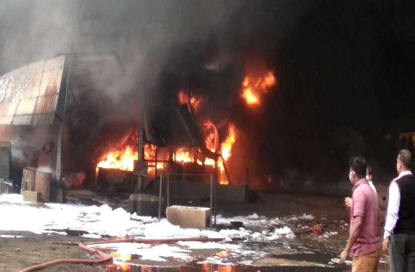 भिलाई के कैमिकल फैक्ट्री में लगी भयंकर आग, 5 किमी. दूर से दिख रहीं लप्टे, तीन घंटे बाद भी स्थिति नियंत्रण से बाहर