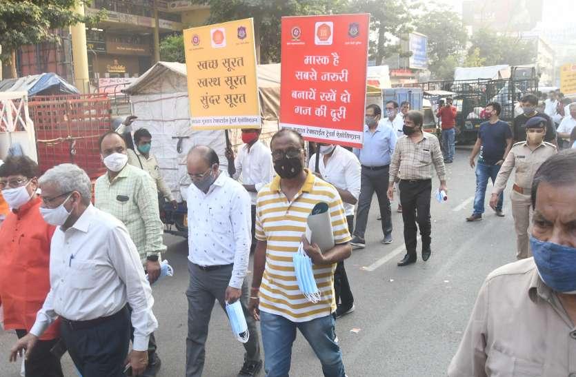 SURAT KAPDA MANDI: मार्केट-मार्केट तख्तियों के साथ बताई साफ-सफाई की जरूरत