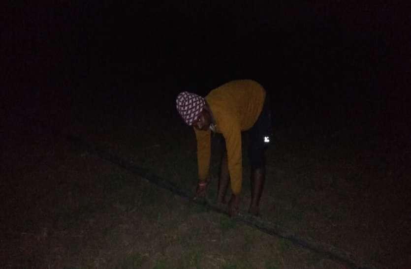 रात में ठिठुरते हुए किसान सिंचाई करने मजबूर