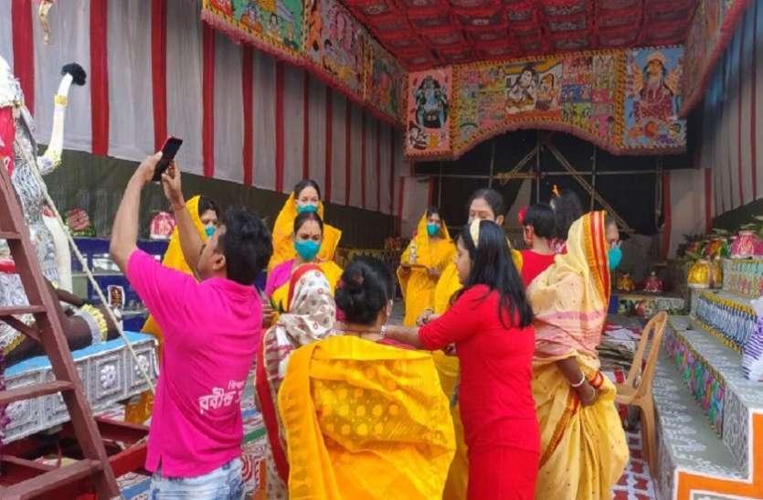 WEST BENGAL--सिंदूर उत्सव के बाद नम आंखों से मां जगधात्री को अंतिम विदाई