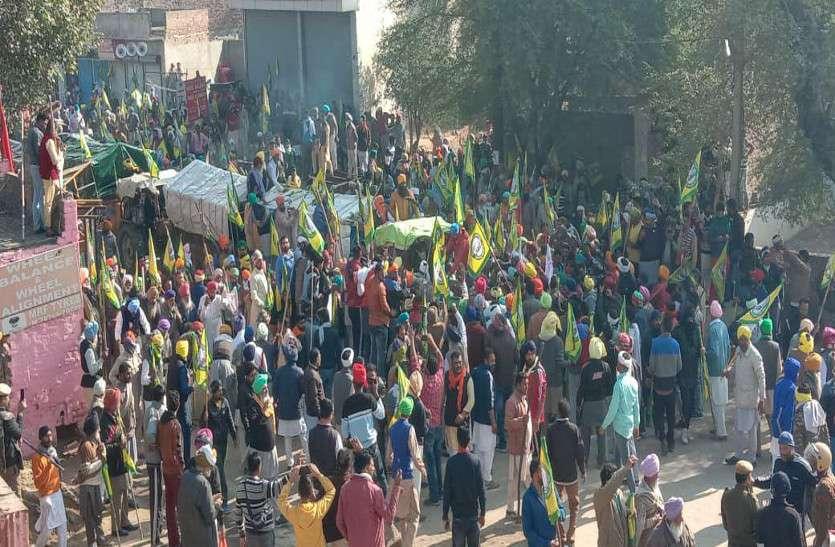 श्रीगंगानगर.-हनुमानगढ़ के किसानों को डबवाली में पुलिस ने रोका, बैरिकेट्स तोड़ किसान दिल्ली की तरफ हुए रवाना