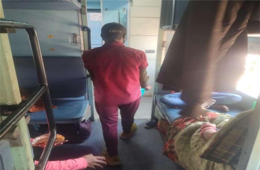 कोरोना काल में प्रतिबंध के बाद भी ट्रेनों में जाकर सामान बेंच रहे वेंडर