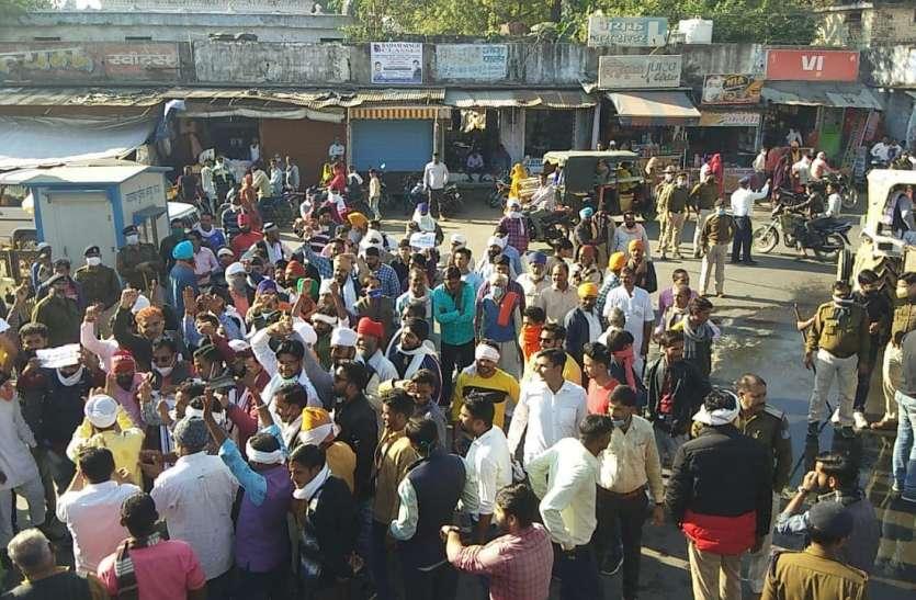 प्रदर्शन कर रहे किसानों को खदेडऩे पुलिस ने फेंकी पानी की बौछारें