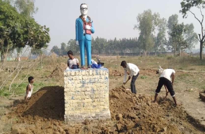अंबेडकर की मूर्ति के जीर्णाोधार को लेकर आमने-सामने आए पुलिस और ग्रामीण, कोतवाली का किया घेराव