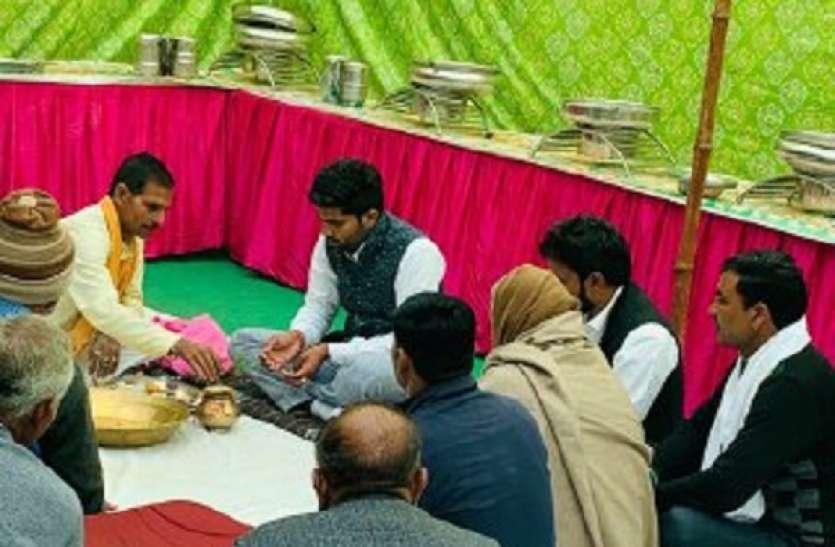 बेटे की सगाई में आए पांच लाख रुपये लाैटाकर किसान ने कहा दहेज लेना पाप
