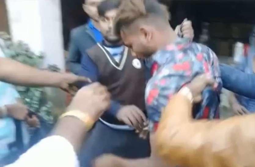 कोचिंग जा रही छात्रा को छेड़ना पड़ा भारी, मनचले की पिटाई का वीडियो हुआ वायरल
