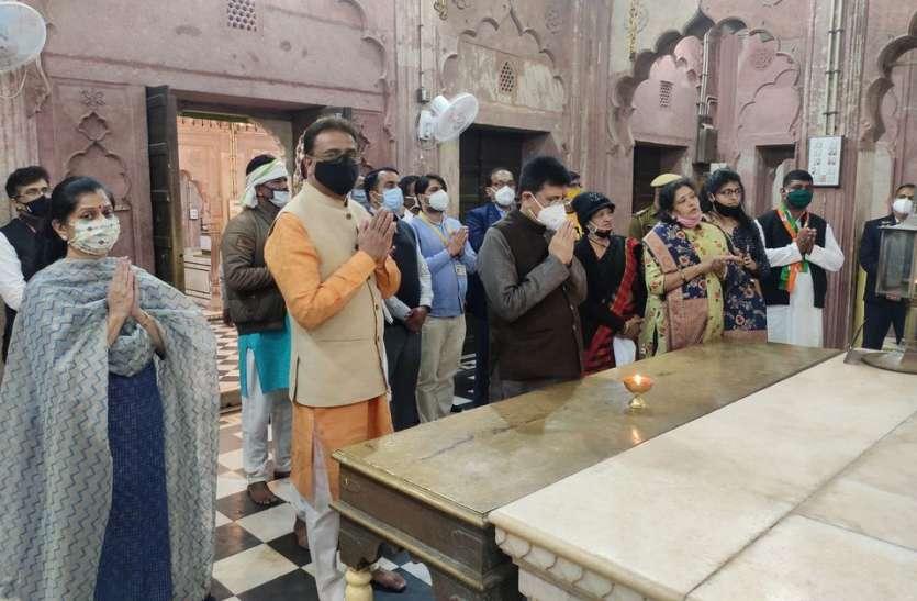 रेल मंत्री नेे 108 परिक्रमा लगा किए चांदनपुर वाले भगवान महावीरजी के दर्शन