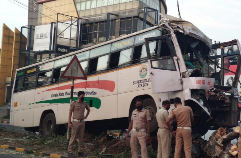 केरल : पेड़ से जा टकराई बस, 1 की मौत और 25 घायल