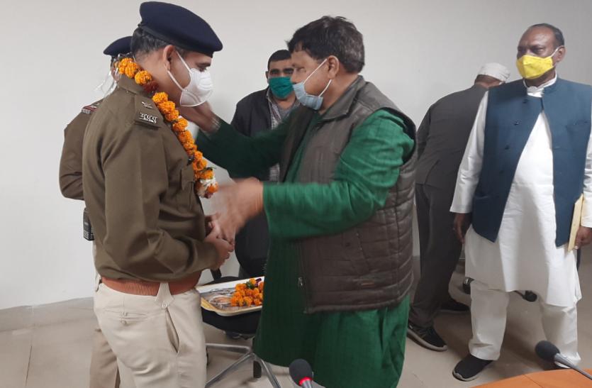 पुलिसकर्मियों ने रोकी मंत्री की गाड़ी: मंत्री खुश हुए तो कंट्रोल रूम पहुंचे सभी पुलिसवालों का किया सम्मान